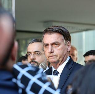 Presidente do Brasil, Jair Bolsonaro, fala com a imprensa após visita ao Ministério da Educação, 25 de abril de 2019