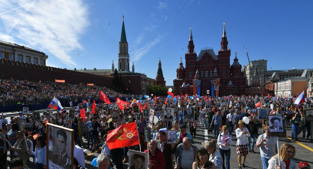 Participantes da marcha Regimento Imortal em Moscou, 9 de maio de 2018