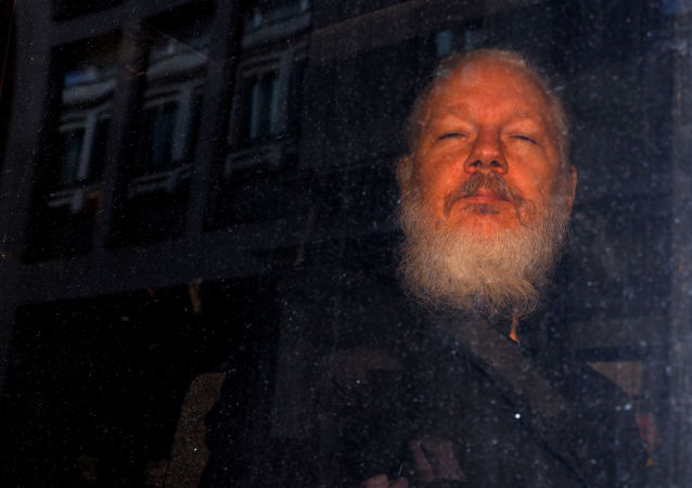 Fundador do WikiLeaks, Julian Assange, é visto saindo de delegacia em Londres