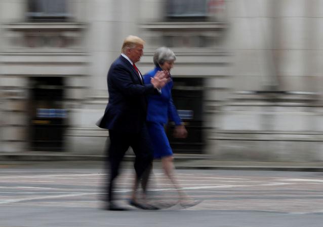 O presidente dos EUA, Donald Trump, e a primeira-ministra britânica, Theresa May, chegam para uma coletiva de imprensa conjunta em Londres, na Grã-Bretanha.