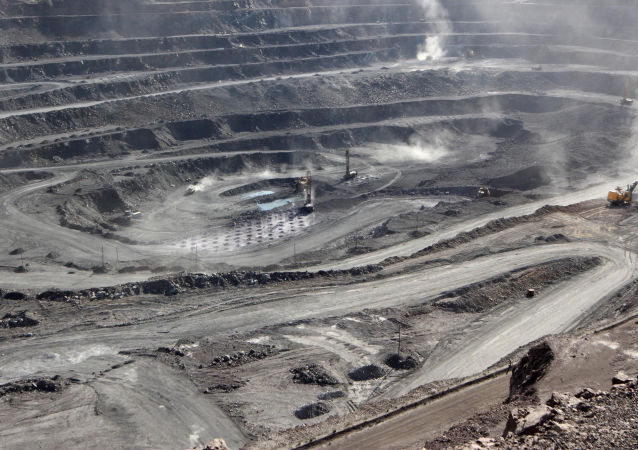 Mineradores são vistos na mina Bayan Obo contendo minerais de terras raras, na Mongólia Interior, 16 de julho de 2011