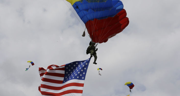 Tropas colombianas saltam de paraquedas em show de exercícios militares