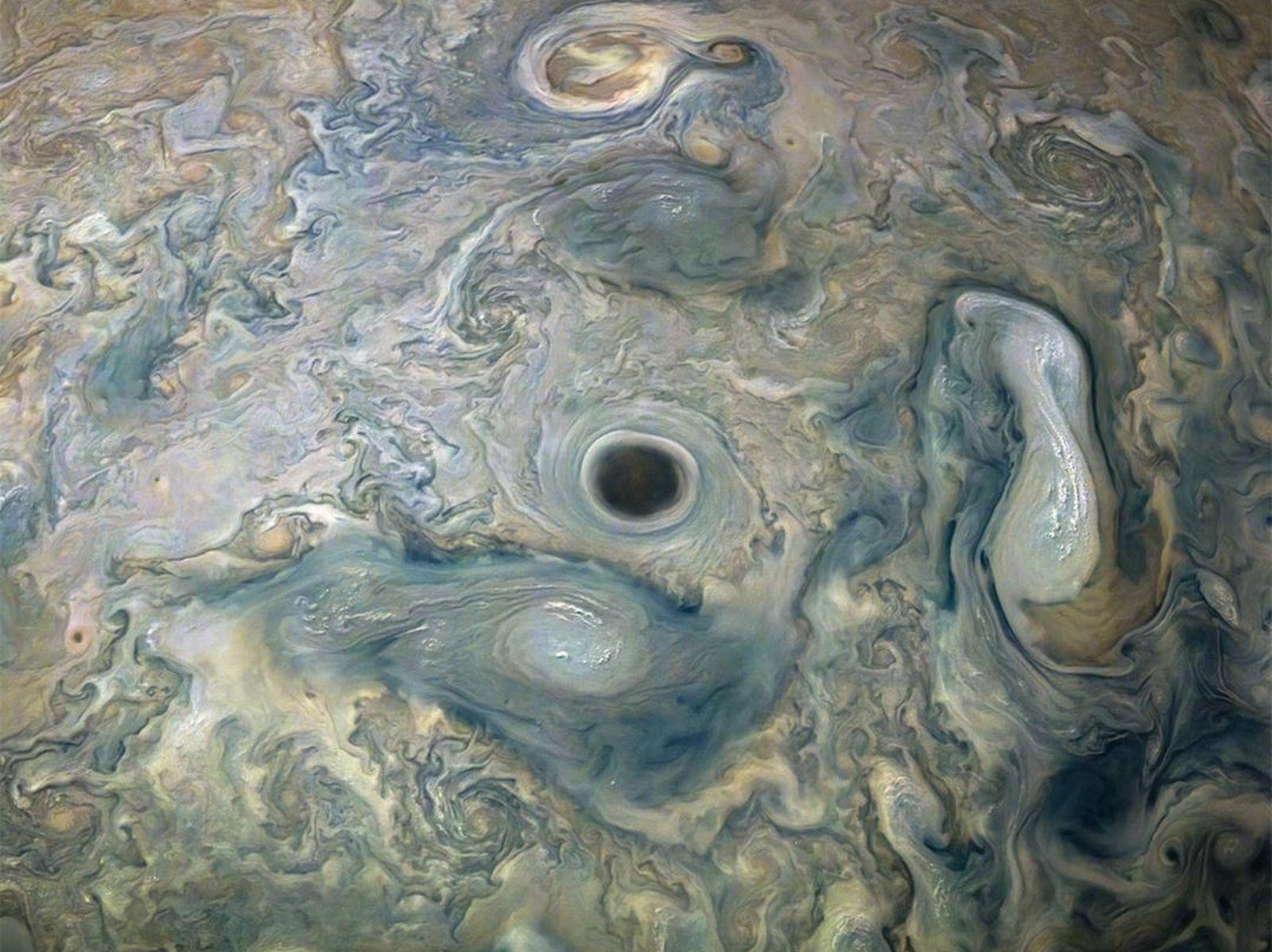 Sonda espacial Juno da NASA captura vórtice intensamente escuro em Júpiter