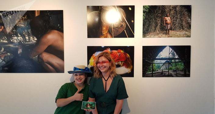 Jovem tira foto com a criadora da exposição Amazonas, Elena Srapyan, Moscou, 6 de junho de 2019