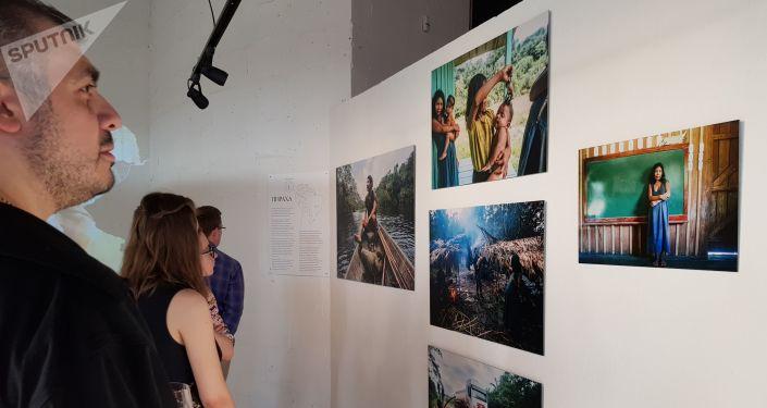 Visitantes apreciam exposição Amazonas, Moscou, 6 de junho de 2019