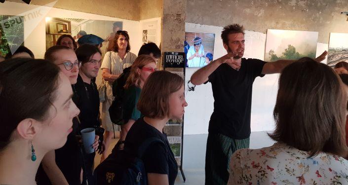 Fotógrafo Aleksandr Fedorov dá um tour pelas suas fotos com os visitantes da exposição Amazonas, Moscou, 6 de junho de 2019