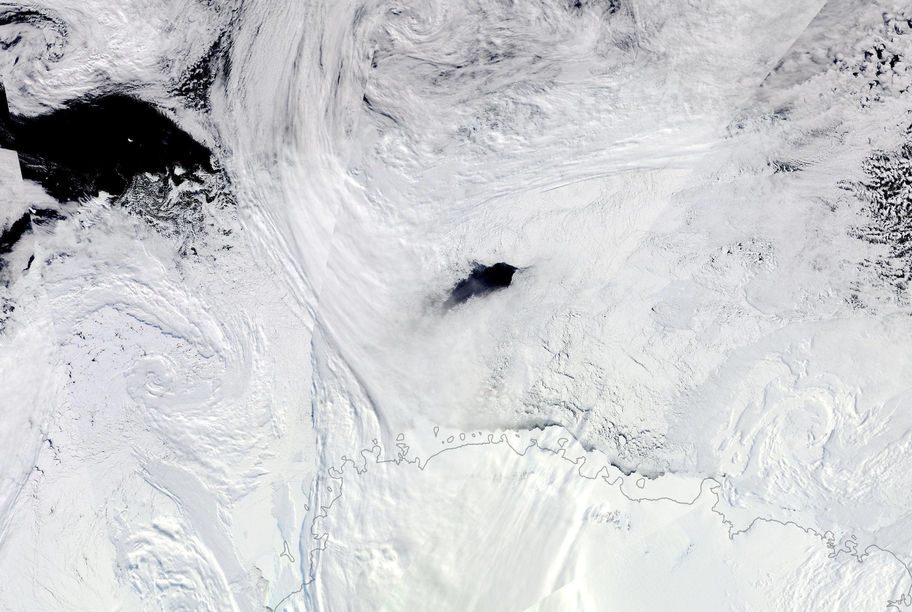 Polínia, que pode ser resultante de tempestades ciclônicas na Antártica