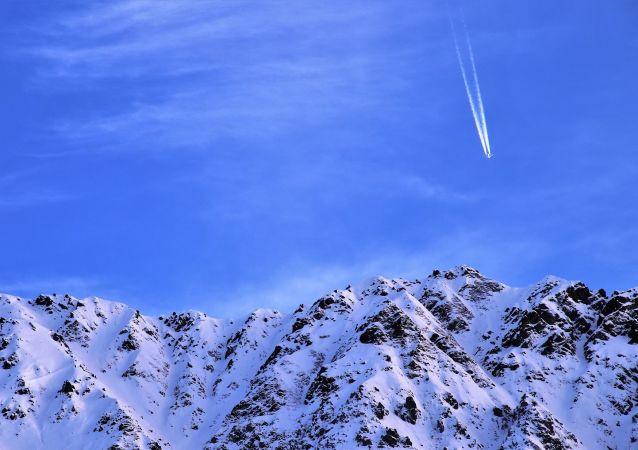 Avião em voo sobre montanhas (imagem referencial)