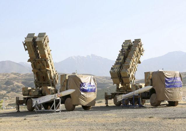 Lançadores do novo sistema iraniano de defesa antiaérea Khordad-15