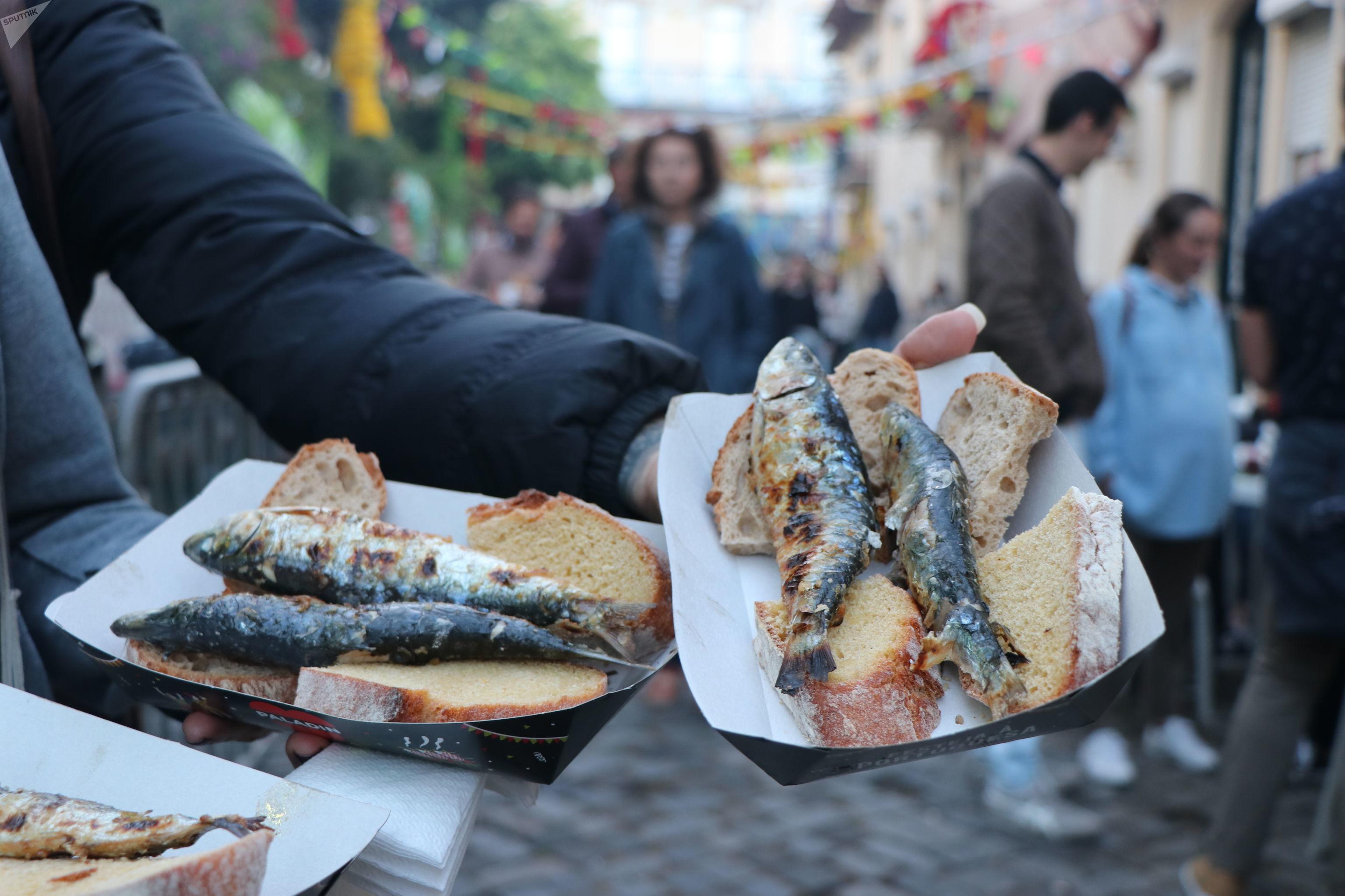 Sardinhas assadas servidas com uma fatia de pão, Lisboa