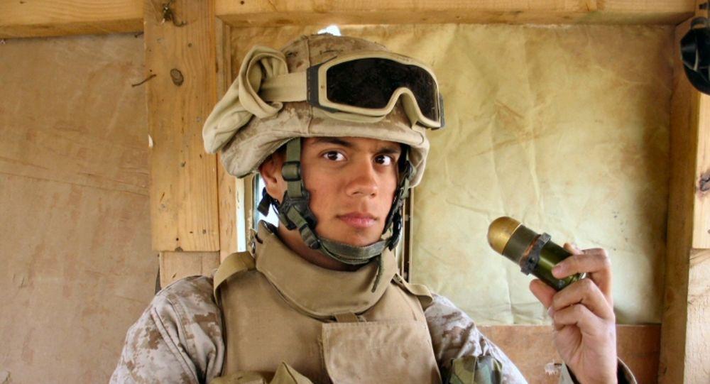 Soldado segurando uma granada voadora