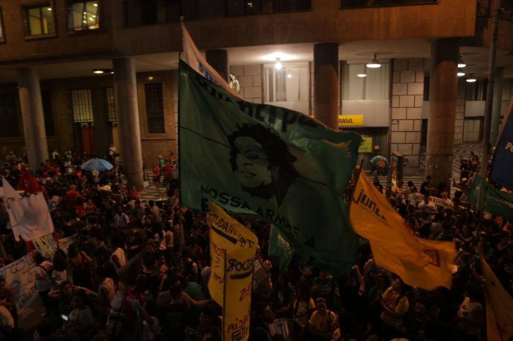 Manifestantes  estendem bandeira da Marielle Franco durante o ato contra a reforma da Previdência no Rio de Janeiro
