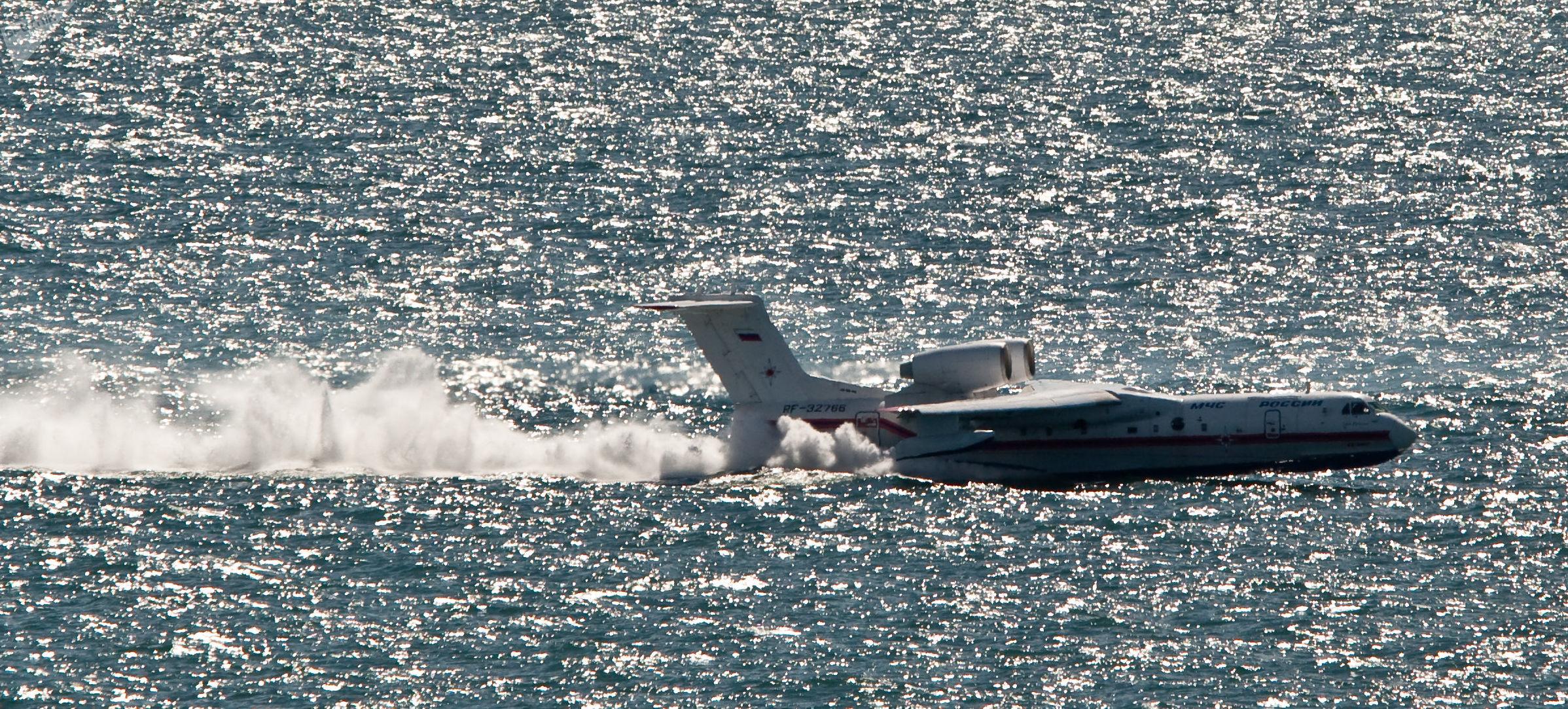 Aeronave anfíbia Beriev Be-200 do Ministério para Situações de Emergência faz manobras na ilha de Sakhalin