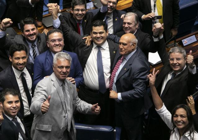 Senador Davi Alcolumbre (DEM-AP) comemorando depois de ser eleito como novo presidente do Senado, 2 de fevereiro de 2019