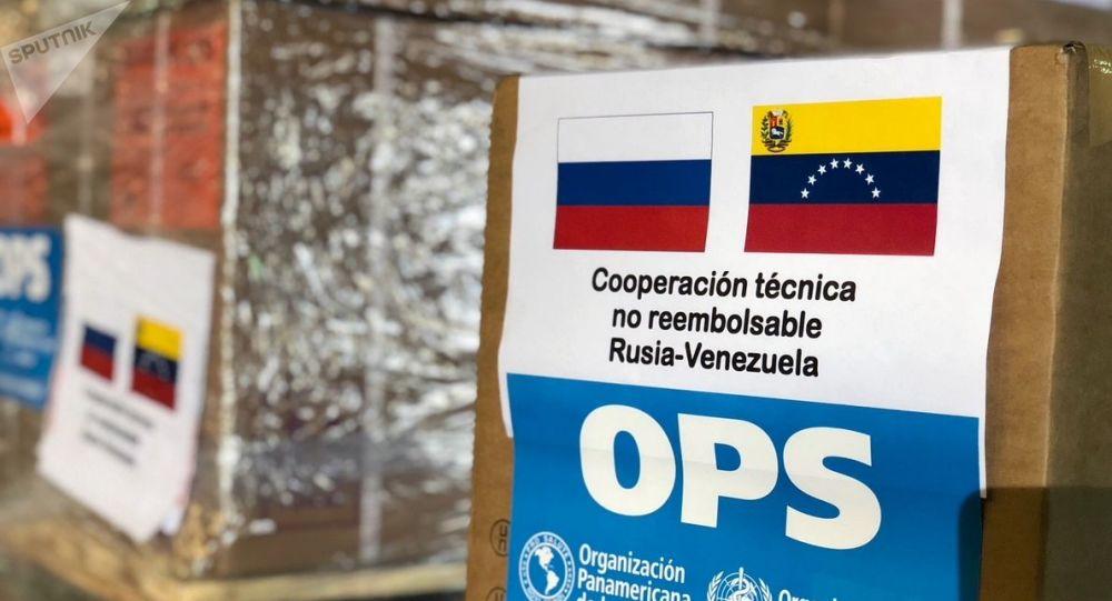 Caixas de medicamentos e equipamentos médicos doados pela Rússia à Venezuela no aeroporto de Caracas