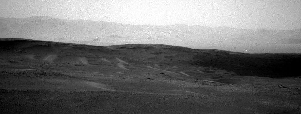 Foto, tirada pela sua sonda Curiosity, mostra uma luz branca de origem desconhecida em Marte