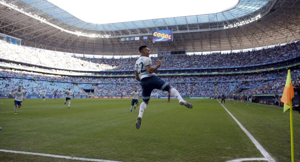 O jogador argentino Lautaro Martínes celebra após marcar gol contra o Catar em jogo válido pelo Grupo B durante a Copa América, no Brasil. A partida foi disputada na Arena do Grêmio, em Porto Alegre.