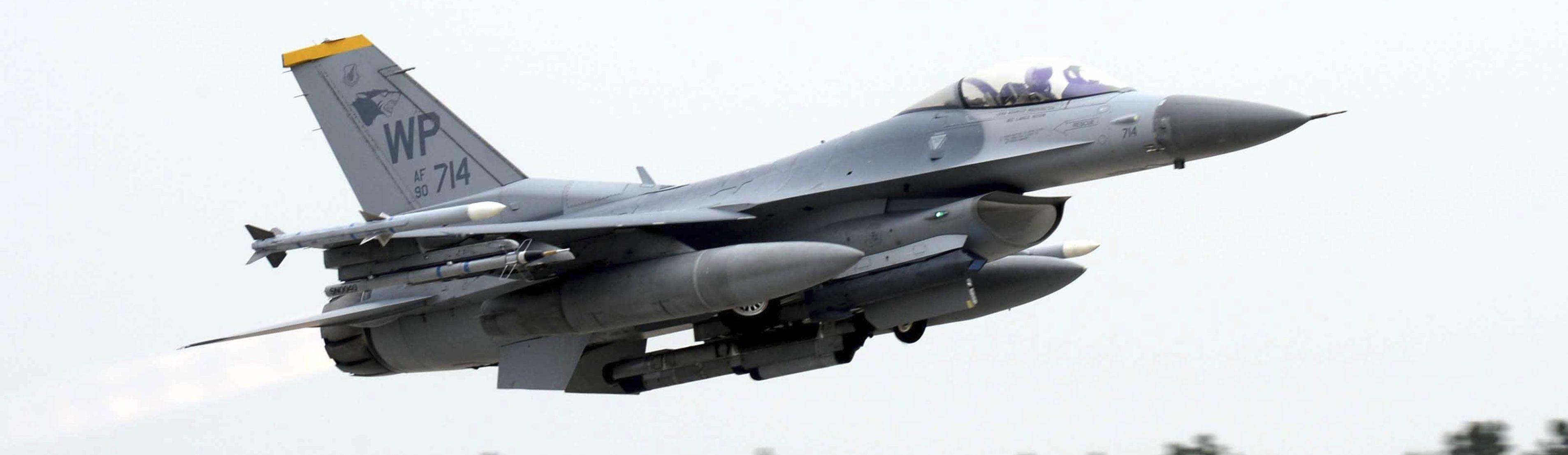 Um F-16 Fighting Falcon dos Estados Unidos