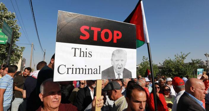 """Protestante carrega cartaz contra Donald Trump durante """"Marcha de Indignação"""" dedicada ao descontentamento com Acordo do Século na Jordânia, 21 de junho de 2019"""