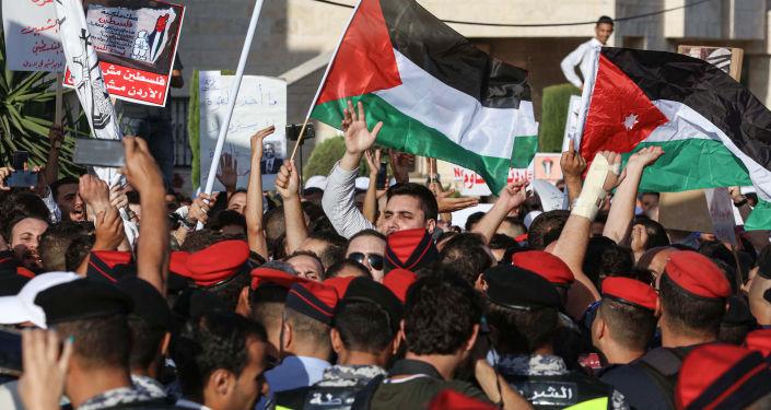 Manifestantes saem com bandeiras da Palestina e da Jordânia durante Marcha de Indignação dedicada ao descontentamento com Acordo do Século, 21 de junho de 2019