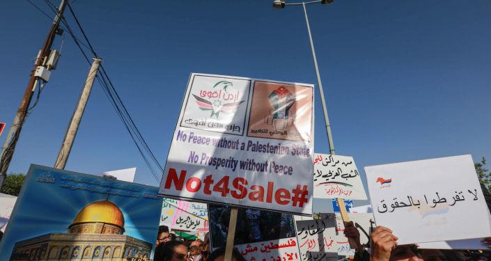 Manifestantes carregam cartaz Jerusalém não está à venda durante Marcha de Indignação dedicada ao descontentamento com Acordo do Século na Jordânia, 21 de junho de 2019.