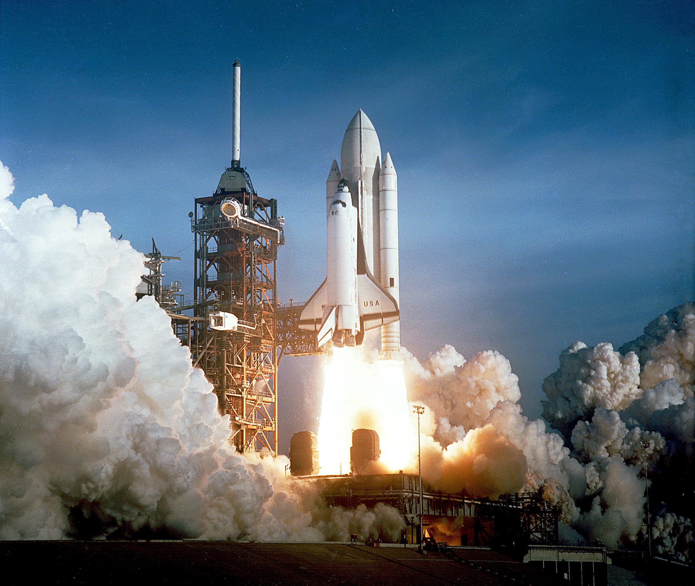 Primeiro lançamento do ônibus espacial Columbia em 12 de abril de 1981