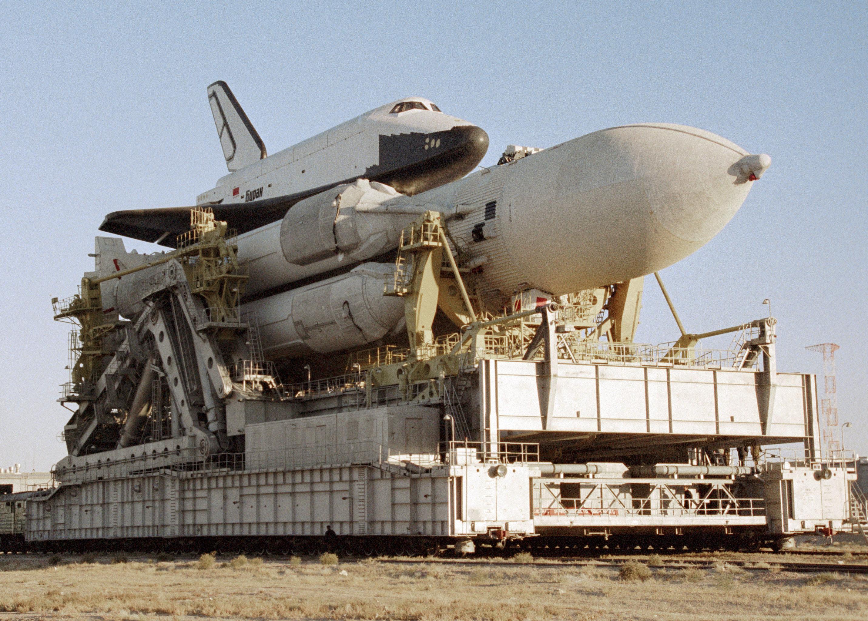 Nave espacial Buran com foguete portador