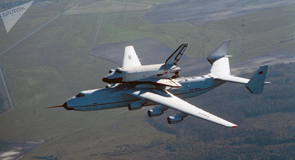 Antonov An-225 Mriya e a nave espacial Buran