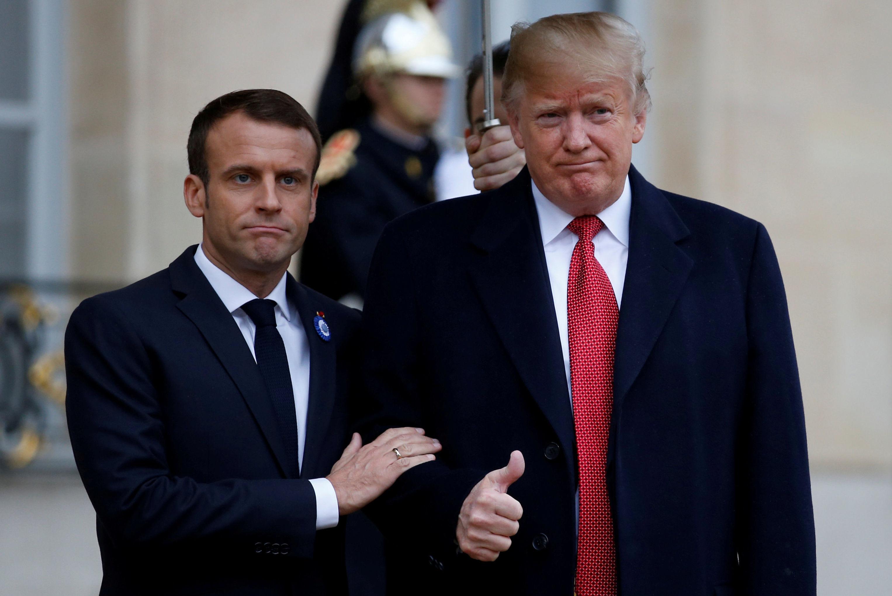Presidente francês, Emmanuel Macron (à esquerda), saúda seu homólogo estadunidense, Donald Trump, na entrada do Palácio do Eliseu, em Paris