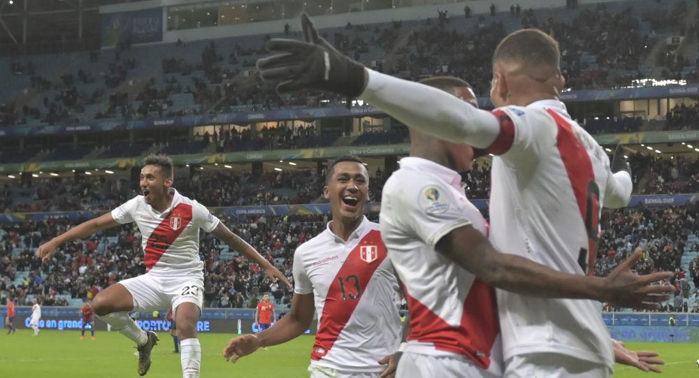 Jogadores do Peru celebram na Arena do Grêmio, em Porto Alegre, após terceiro gol contra o Chile pela semifinal da Copa América de 2019