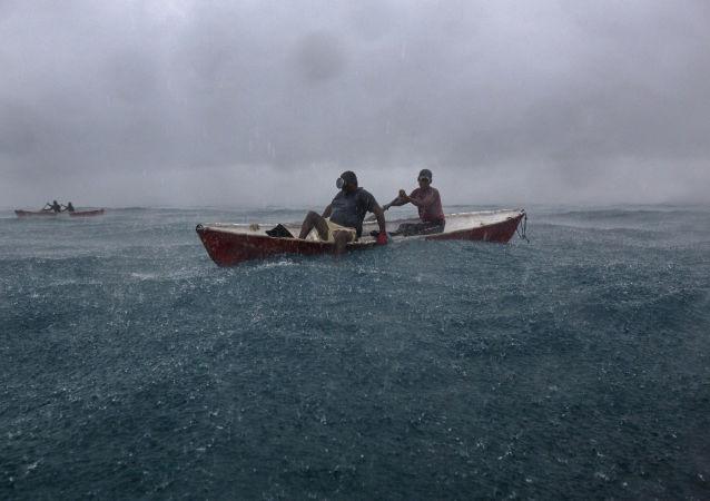 Mergulhadores em barco de pesca na costa de Honduras, no Caribe (arquivo)