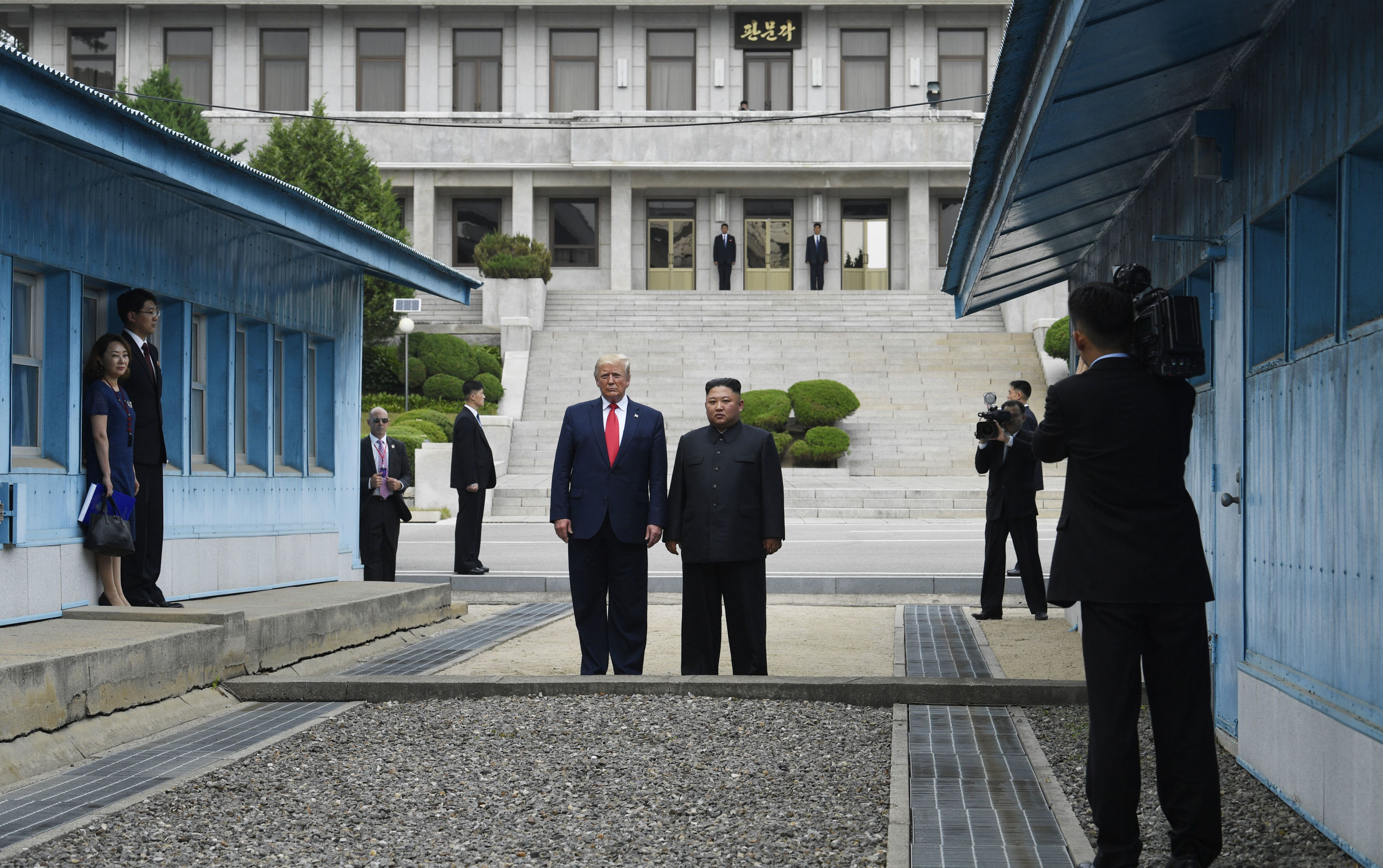 Presidente dos EUA Donald Trump e líder norte-coreano Kim Jong-un durante encontro na linha demilitarizada, 30 de junho de 2019.