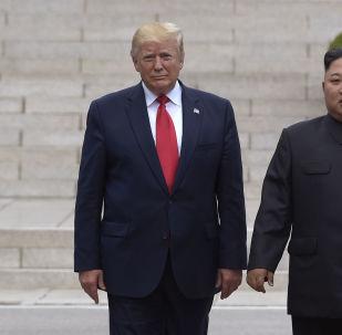 Presidente dos EUA, Donald Trump, e líder norte-coreano, Kim Jong-un, durante encontro na linha desmilitarizada entre as Coreias, em 30 de junho de 2019