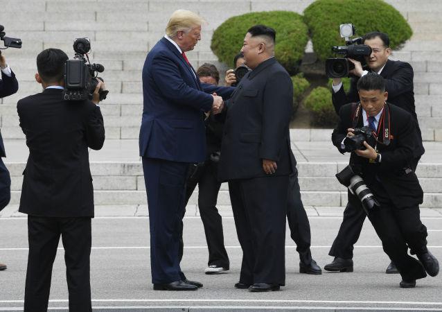 Presidente dos EUA Donald Trump e líder norte-coreano Kim Jong-un durante encontro na linha demilitarizada, 30 de junho de 2019