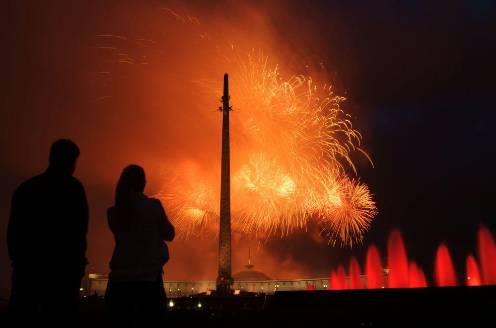 Fogo-de-artifício festivo em homenagem ao 75º aniversário da libertação de Minsk dos invasores nazistas, em Moscou, Rússia