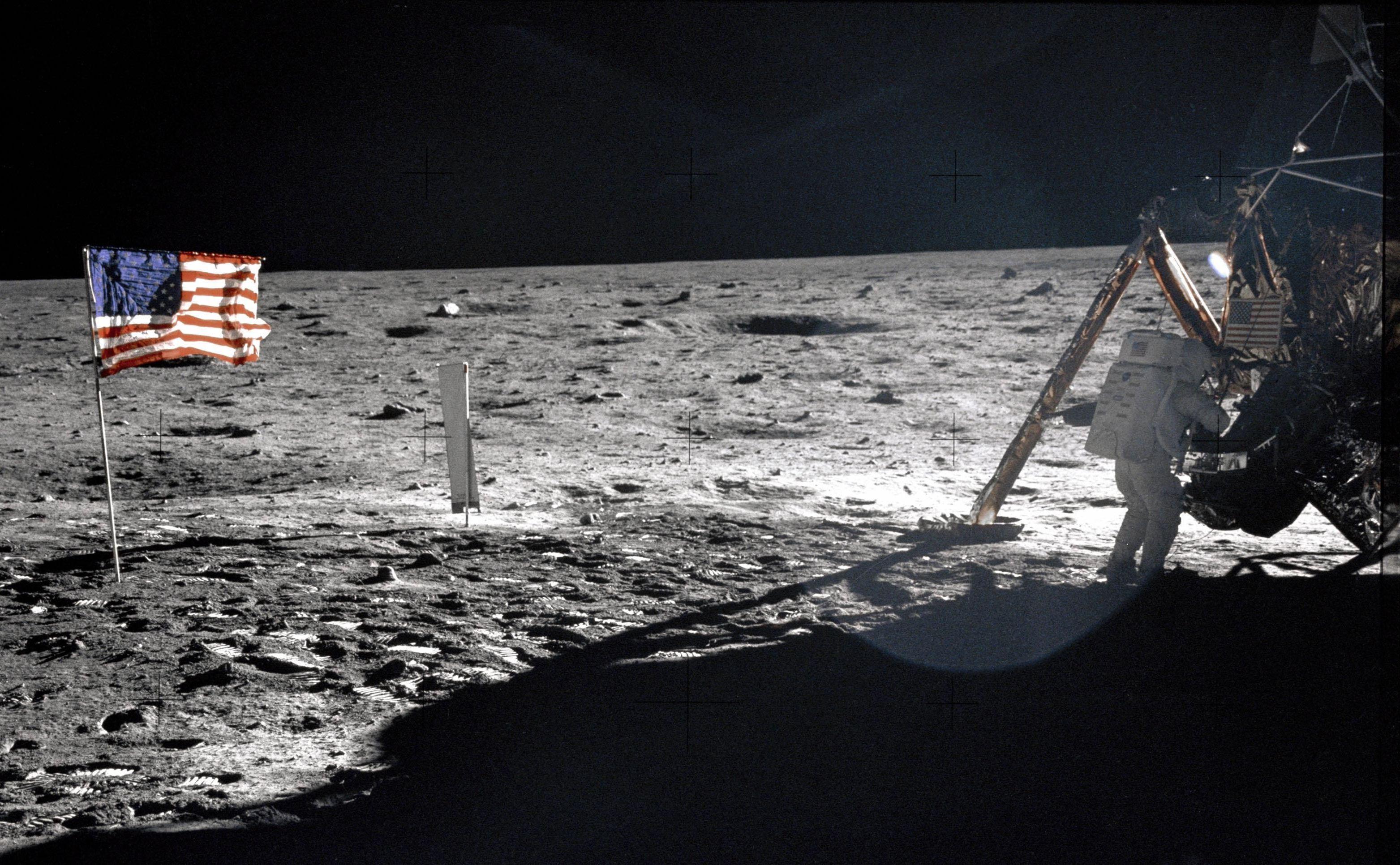 Comandante da missão lunar Apollo 11, Neil Armstrong, perto do módulo lunar