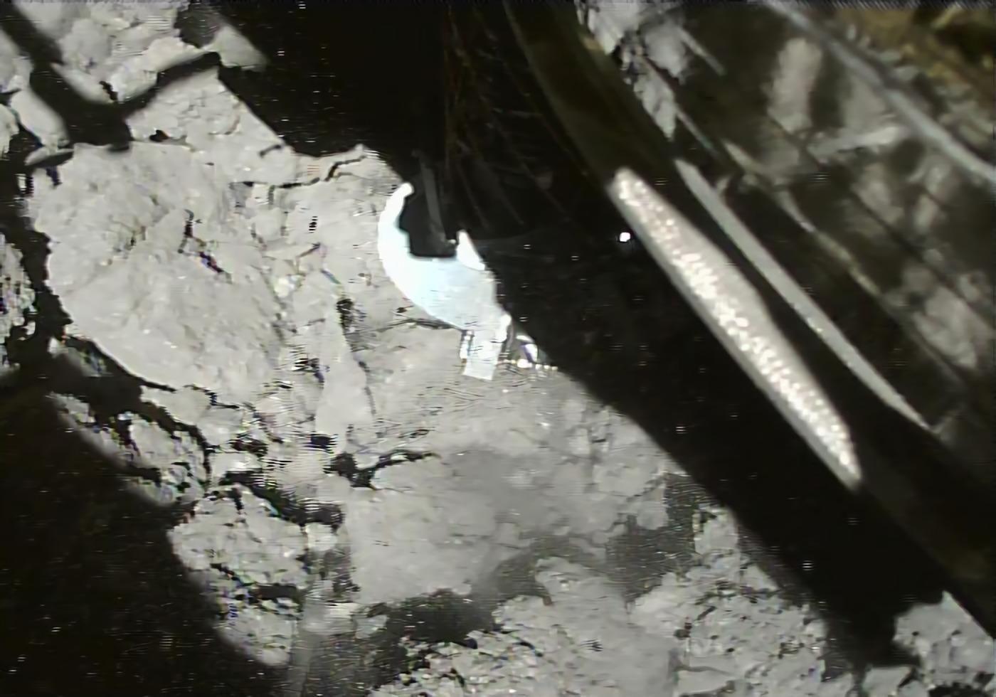 Imagem recebida nos primeiros quatro segundos após a aterrissagem da sonda Hayabusa-2 no asteroide Ryugu