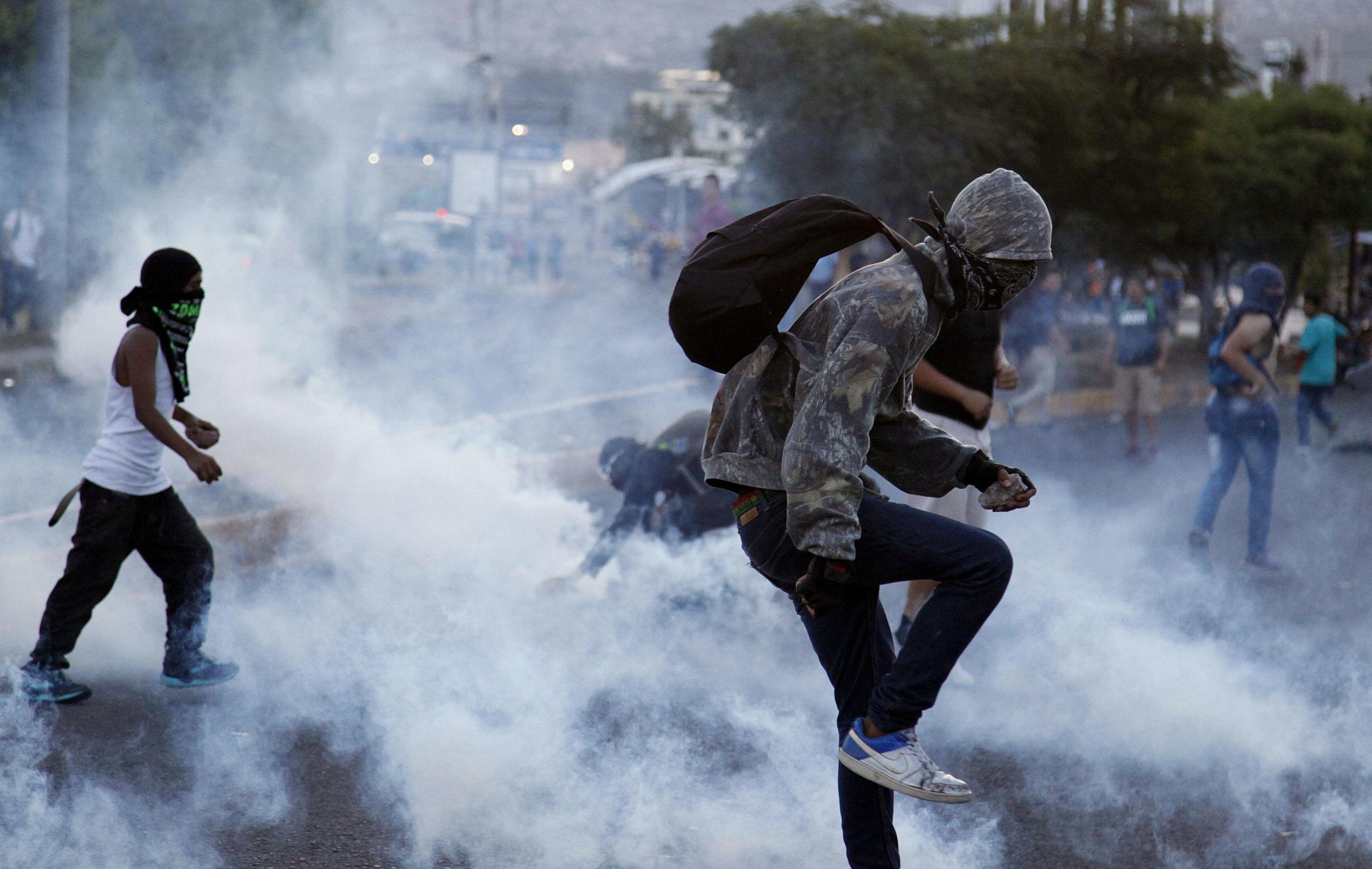 Manifestantes se expressam contra o aumento do preço dos transportes públicos e gasolina nas Honduras