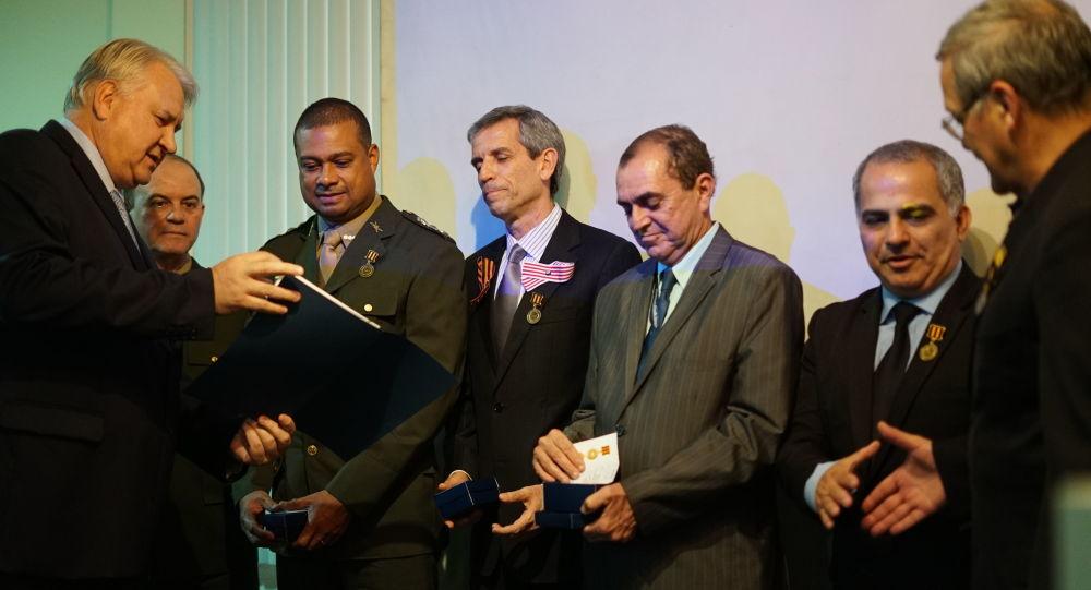 Cônsul Geral da Rússia, Vladimir Tokmakov, condecora autoridades e militares brasileiros