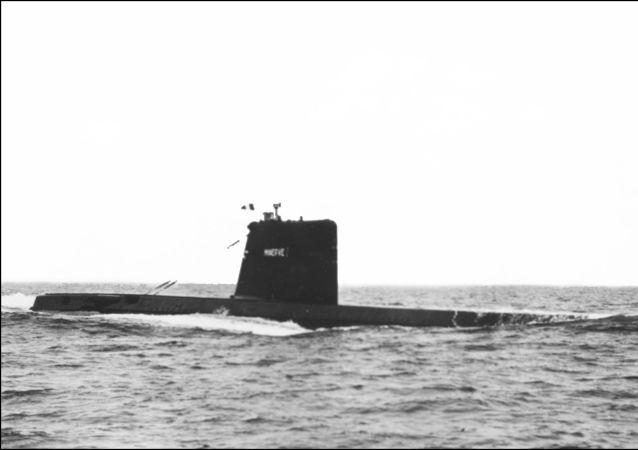 O submarino francês Minerve, da classe Daphne, durante exercícios militares, foto do arquivo