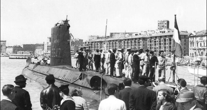 O submarino francês Minerve nos anos 60 no porto de Marseille, França, foto de arquivo