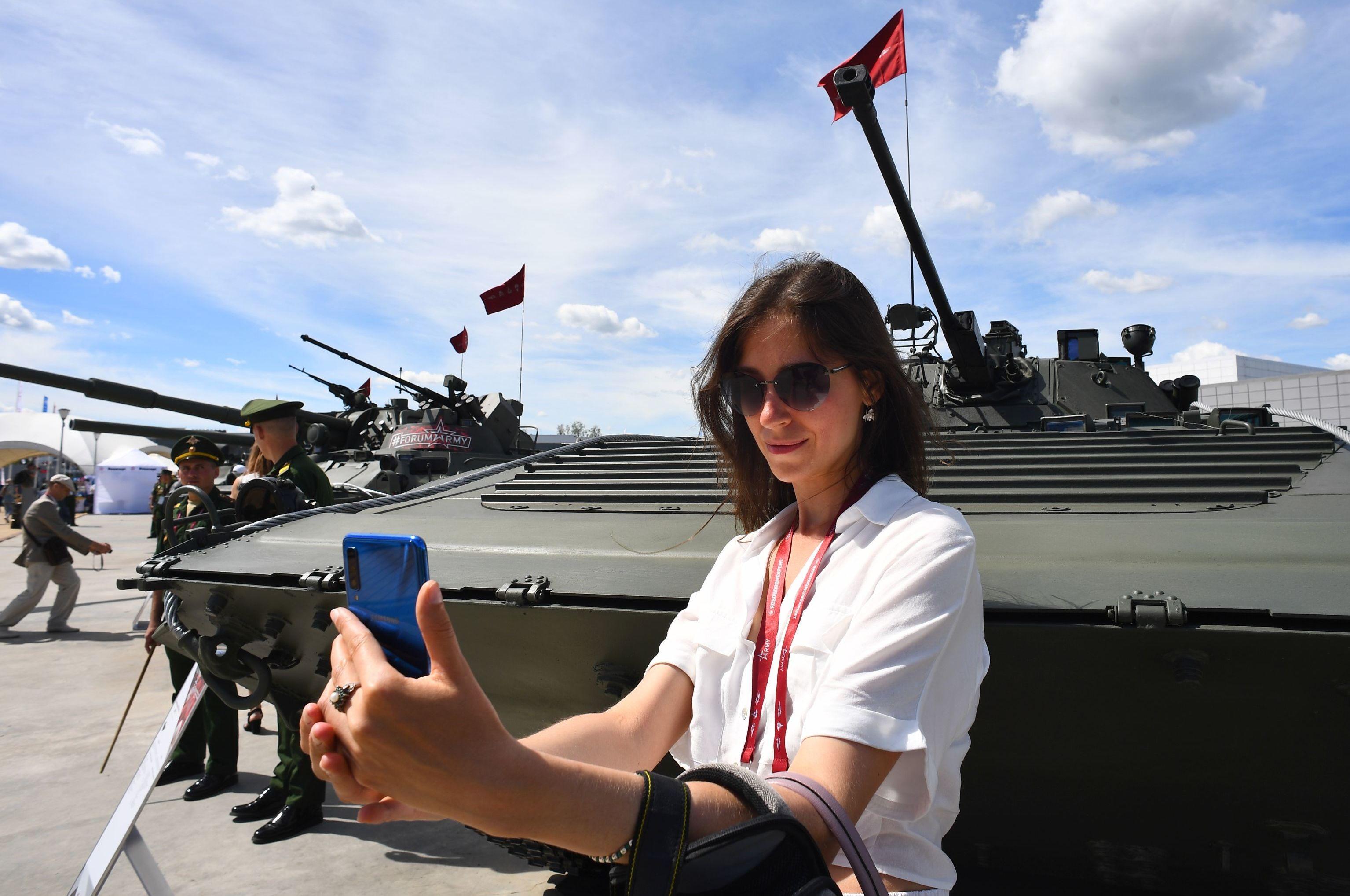 Visitante tira selfie com veículo de combate de infantaria BMP-2 no fórum internacional técnico-militar EXÉRCITO 2019