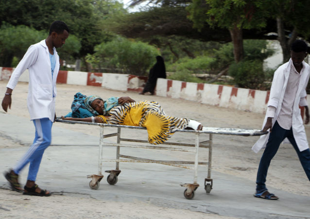 Agentes de saúde ajudam civis feridos no hospital Madina, Mogadíscio, após ataque suicida contra prefeitura da capital somali
