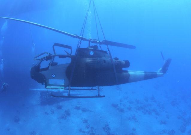 Helicóptero das Forças Armadas da Jordânia no fundo do mar Vermelho, perto de Acaba