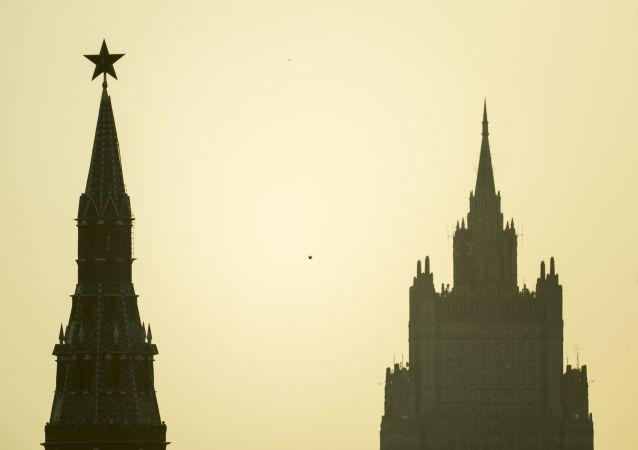 Vista do Kremlin e Ministério das Relações Exteriores da Rússia