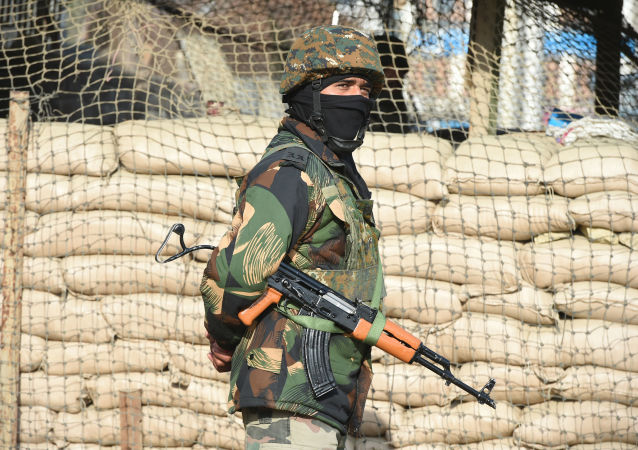 Soldado indiano observando o terreno após um combate de artilharia