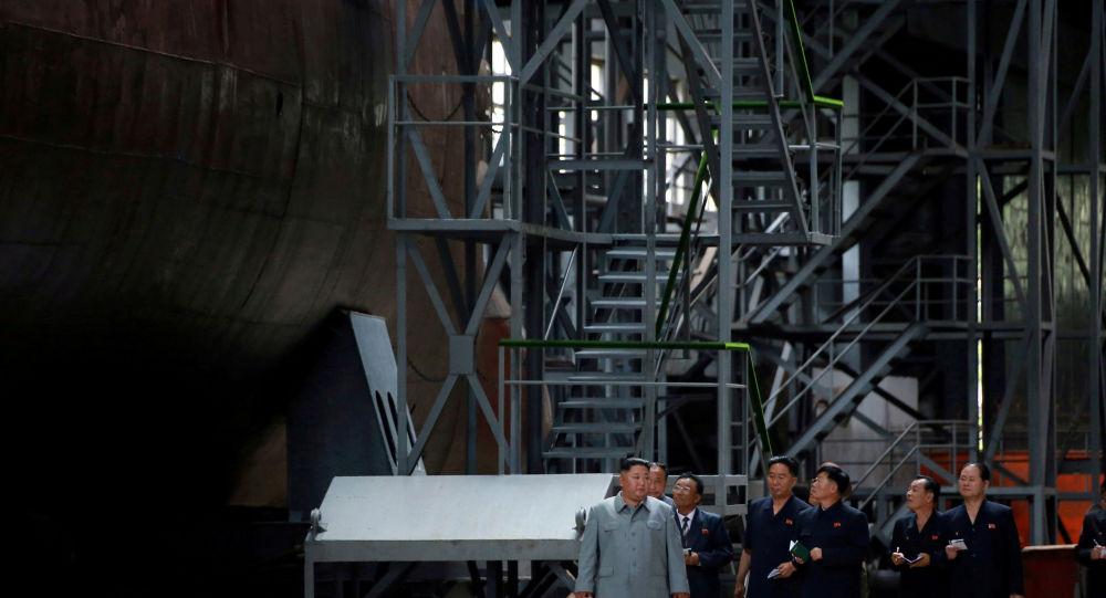 Kim Jong-un inspeciona novo submarino em local desconhecido em 23 de julho de 2019