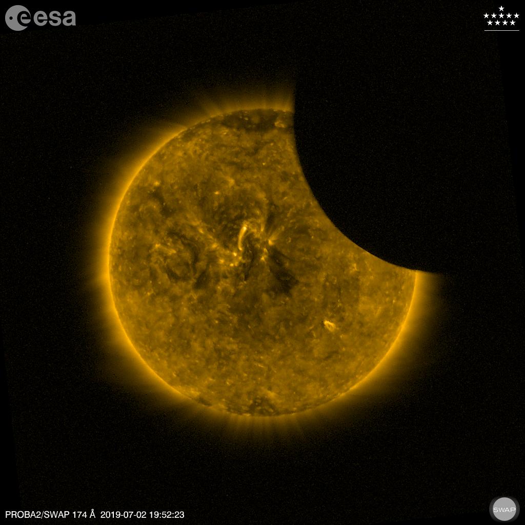 A Lua passando através do Sol