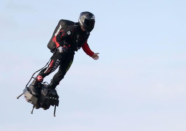 Franky Zapata ao decolar para atravessar o canal da Mancha, em Sangatte, França