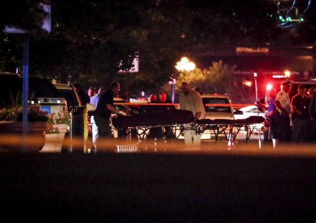 Médicos levando corpos do local do tiroteio em Ohio, EUA, em 4 de agosto